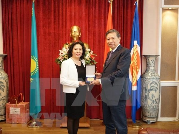 越南公安部部长苏林造访越南驻哈萨克斯坦大使馆 hinh anh 1