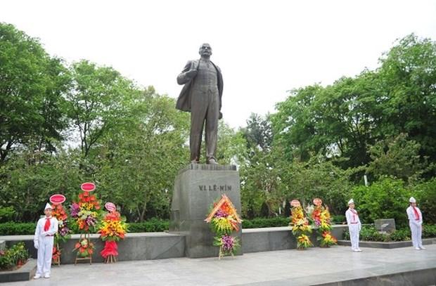 河内市高级代表团在列宁塑像前敬献花圈 hinh anh 1