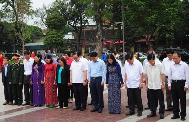 河内市高级代表团在列宁塑像前敬献花圈 hinh anh 2