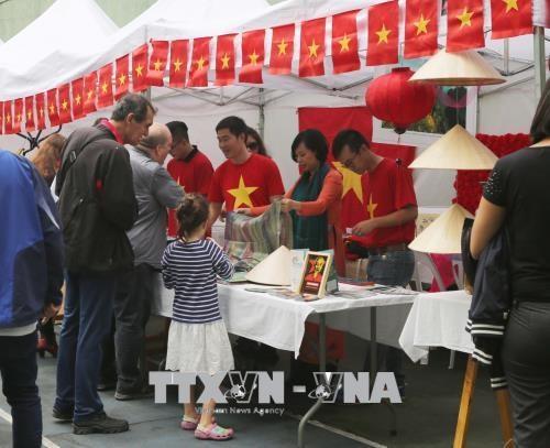 越南驻阿根廷大使馆参加国际慈善义卖活动 hinh anh 1