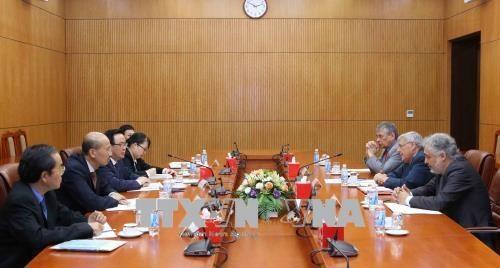 越共中央经济部部长阮文平会见能源领域的国际专家代表团 hinh anh 1