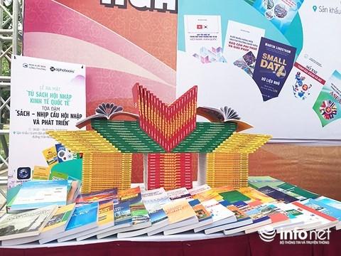 """越南图书日:共有60多种书籍的 """"融入世界经济书柜""""正式亮相 hinh anh 1"""