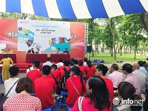 """越南图书日:共有60多种书籍的 """"融入世界经济书柜""""正式亮相 hinh anh 2"""