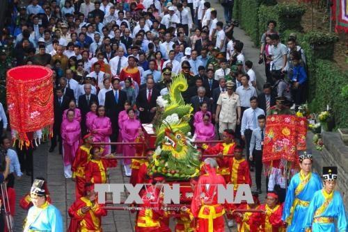全国各地和旅居海外越南人隆重举行雄王始祖忌日祭祀活动 hinh anh 2