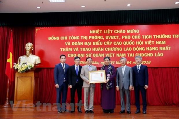 越南驻老挝大使馆荣获一级劳动勋章 hinh anh 1