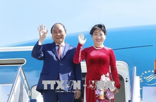 越南政府总理阮春福启程对新加坡进行正式访问并出席第32届东盟峰会 hinh anh 1