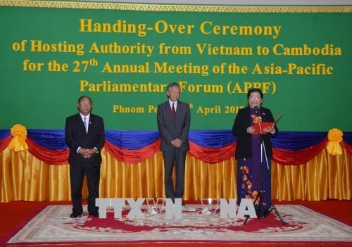 越南将亚太议会论坛轮值主席移交给柬埔寨 hinh anh 1