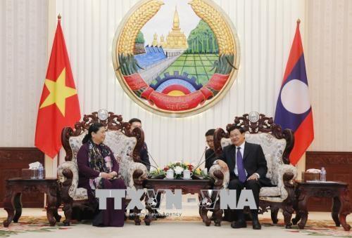 老挝党、国家与政府领导分别会见越南国会代表团 hinh anh 2