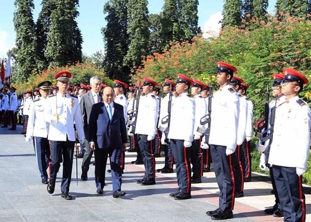 新加坡总理李显龙举行隆重仪式 欢迎越南政府总理阮春福访问 hinh anh 1