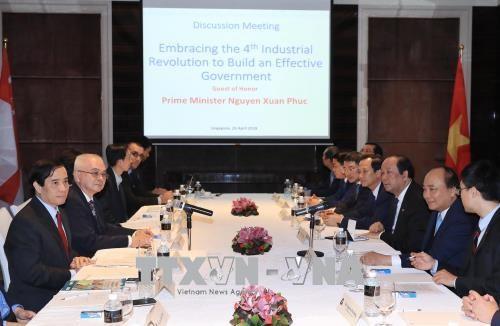 政府总理阮春福会见在新加坡的科学家和知识分子 hinh anh 1