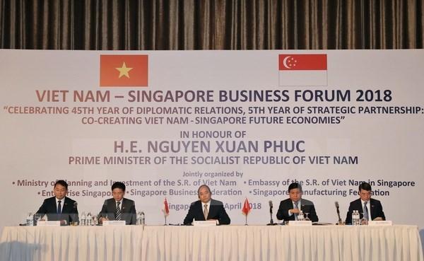 阮春福出席越南与新加坡商务论坛 hinh anh 2