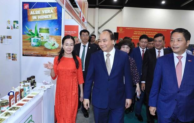 阮春福参观亚洲国际食品与酒店展越南国家馆 hinh anh 1