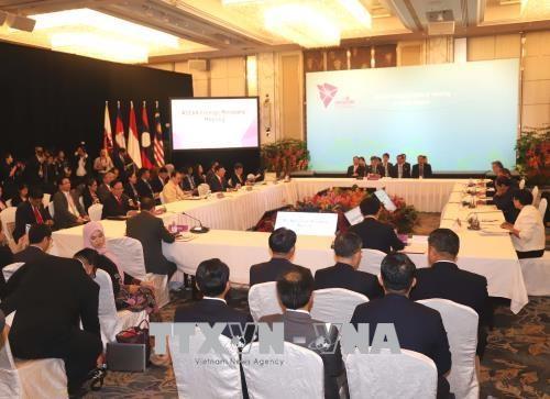 越南外长范平明率团出席东盟外长会议 hinh anh 1