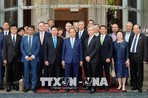 阮春福出席大型跨国集团及公司领导圆桌座谈会 hinh anh 1