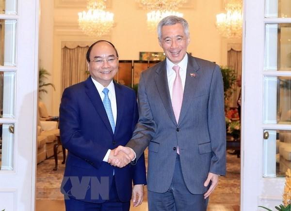 阮春福访问新加坡和出席第32届东盟峰会取得丰硕结果 hinh anh 1