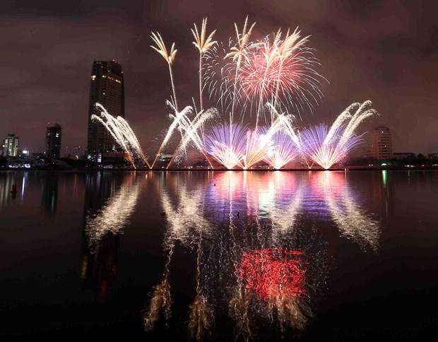 2018年岘港国际烟花节开幕 烟花在夜空绚丽绽放 hinh anh 1