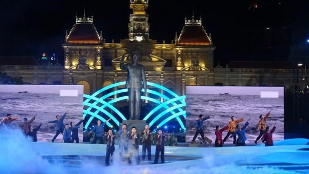 纪念越南南方解放、国家统一43周年文艺晚会在胡志明市举行 hinh anh 1
