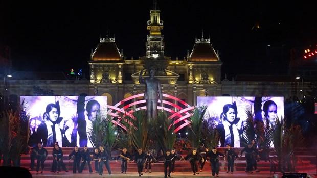 纪念越南南方解放、国家统一43周年文艺晚会在胡志明市举行 hinh anh 2