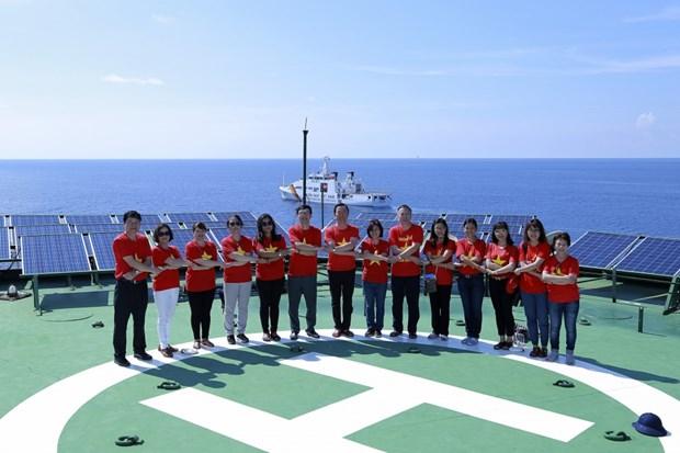 旅居世界24个国家的越侨走访慰问长沙群岛和DK1海上高脚屋军民 hinh anh 1