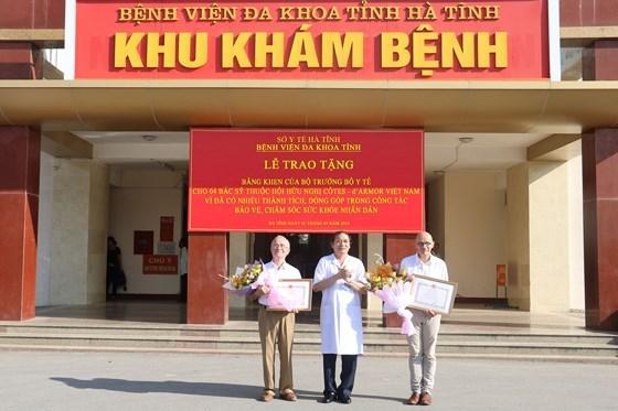 来自法国的四名医生荣获越南卫生部部长授予的奖状 hinh anh 1