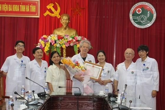 来自法国的四名医生荣获越南卫生部部长授予的奖状 hinh anh 2