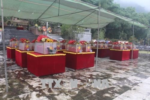 清化省为23具在老挝牺牲的越南烈士遗骸举行追悼会和安葬仪式 hinh anh 1