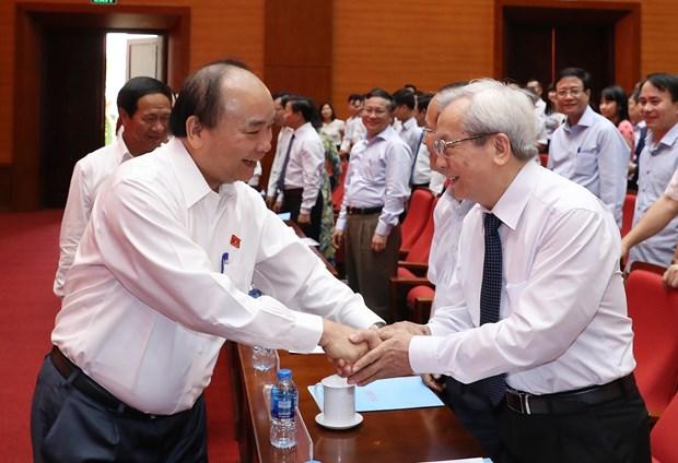 越南政府总理阮春福在海防市开展国会代表接待选民活动 hinh anh 2