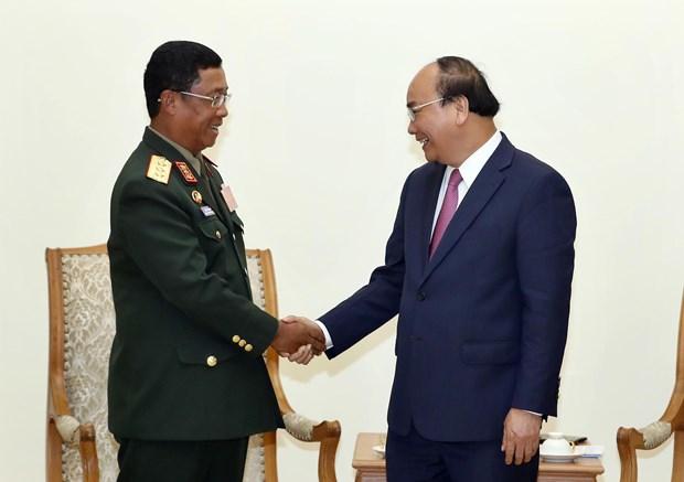 越南政府总理阮春福会见老挝人民军总参谋长 hinh anh 1