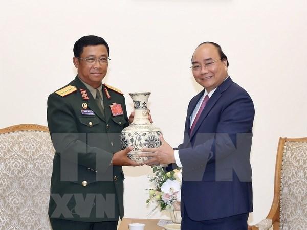 越南政府总理阮春福会见老挝人民军总参谋长 hinh anh 2