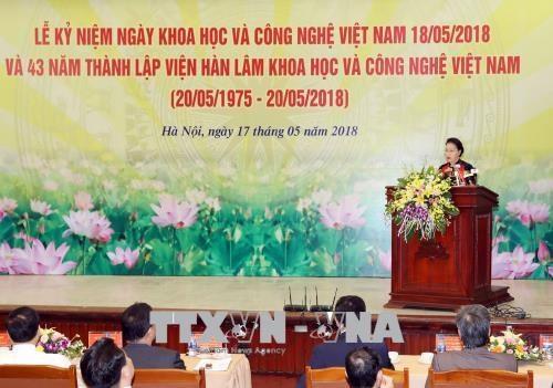 越南国会主席阮氏金银出席越南科学与技术翰林院成立43周年庆典活动 hinh anh 1
