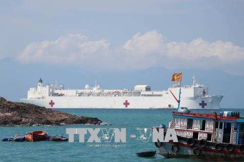 """美国海军医疗舰""""仁慈号"""" 抵达越南芽庄港开始《2018年太平洋伙伴计划》 hinh anh 1"""
