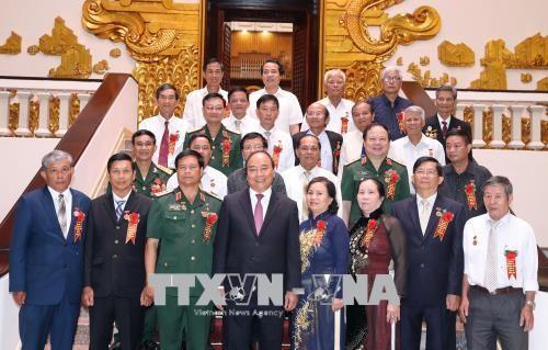 阮春福总理会见打击美国侵略者老少年代表团 hinh anh 1