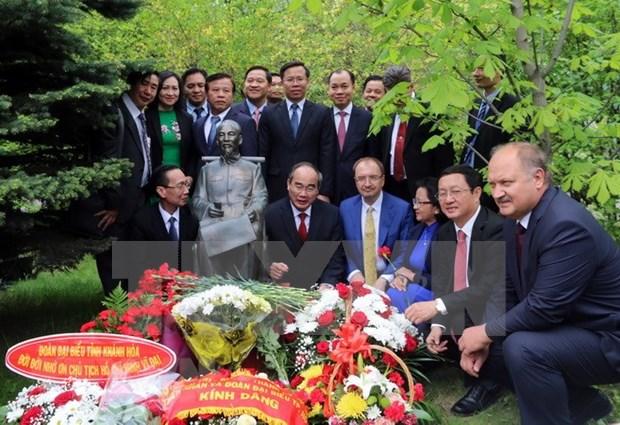 胡志明主席诞辰128周年:越俄两国将教育培训置于最优先地位 hinh anh 1