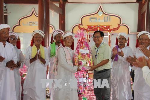 平顺省领导庆祝信奉回教占族同胞的2018年拉姆弯节 hinh anh 1