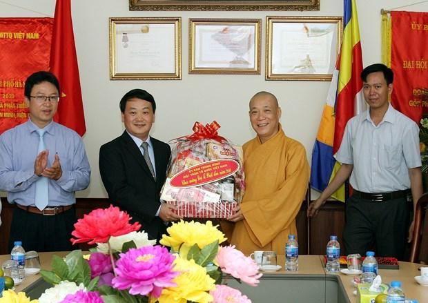 越南祖国阵线中央委员会副主席侯阿令看望慰问释宝严和尚 hinh anh 2