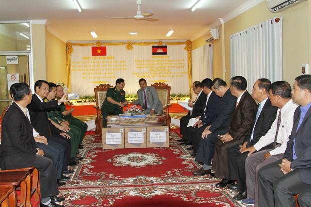越南向柬埔寨祖国团结发展阵线赠送汽车和电脑 hinh anh 1