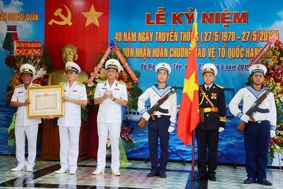 越南海军129号海团荣获一级捍卫祖国勋章 hinh anh 1