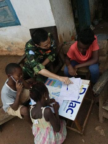 越南维和军官在中非的免费补习班 hinh anh 1