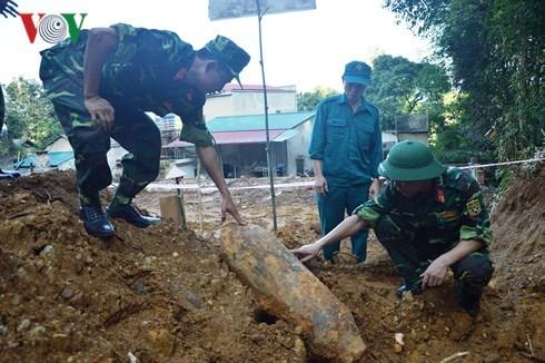 安沛省挖出一枚150公斤的炸弹 已被成功销毁 hinh anh 2
