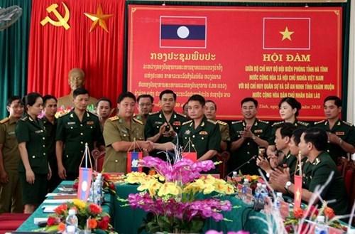 河静省边防部队同老挝甘蒙省军事指挥部和安全厅举行会谈 hinh anh 1