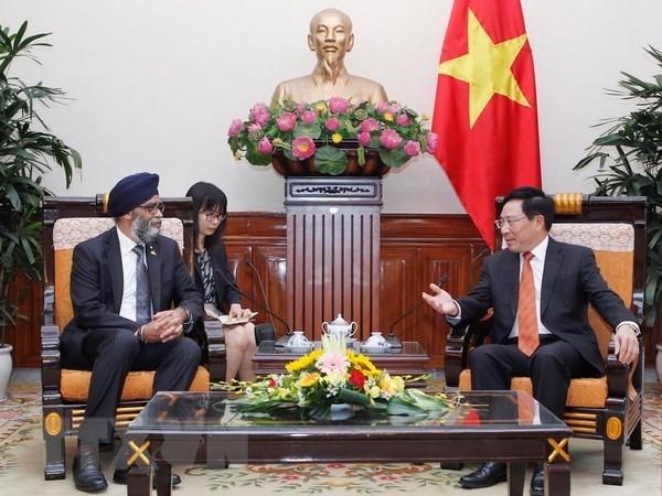 越南政府副总理兼外交部长范平明会见加拿大国防部长 hinh anh 1