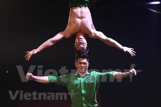 越南杂技在2018年《英国达人秀》决赛上让观众和评审惊呼连连 hinh anh 1