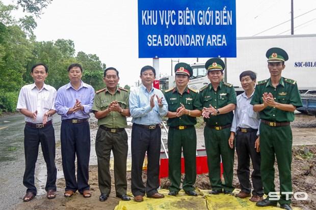 朔庄省边防部队开展海洋边界区警示牌竖立项目 hinh anh 1