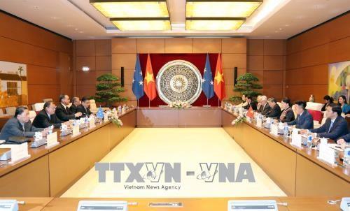 越南国会主席阮氏金银与密克罗尼西亚联邦国会议长韦斯利·西米纳举行会谈 hinh anh 1
