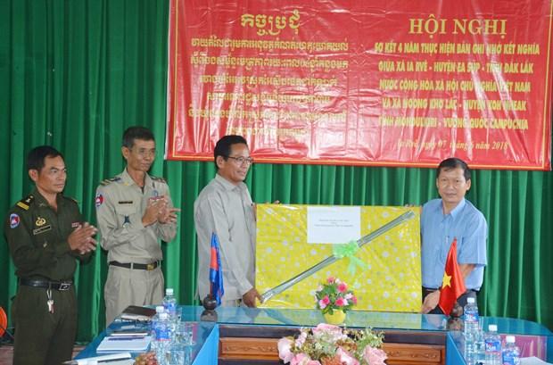越南与柬埔寨边境地区人民加强团结友谊 hinh anh 2