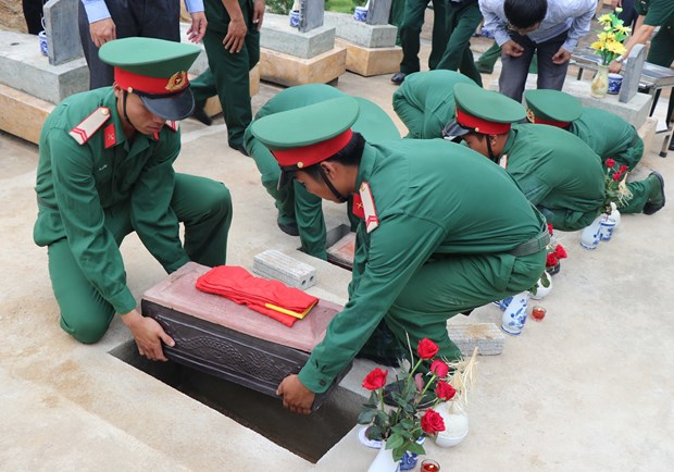 越南奠边省为在老挝牺牲的越南志愿军遗骸举行安葬仪式 hinh anh 1