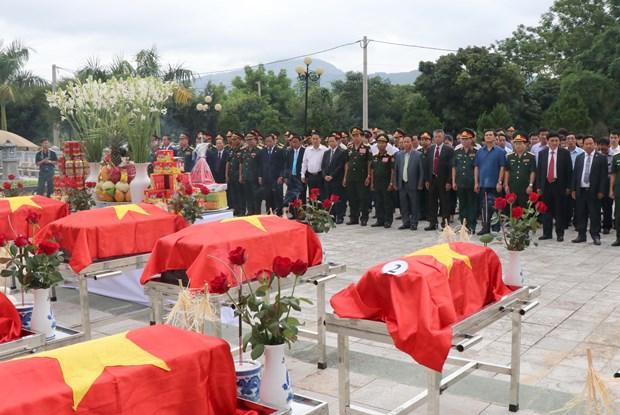 越南奠边省为在老挝牺牲的越南志愿军遗骸举行安葬仪式 hinh anh 2