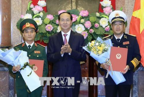 国家主席陈大光决定对越南人民军两名高级军官晋升军衔 hinh anh 1