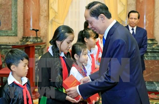 越南国家主席陈大光与全国优秀特困儿童会面 hinh anh 1