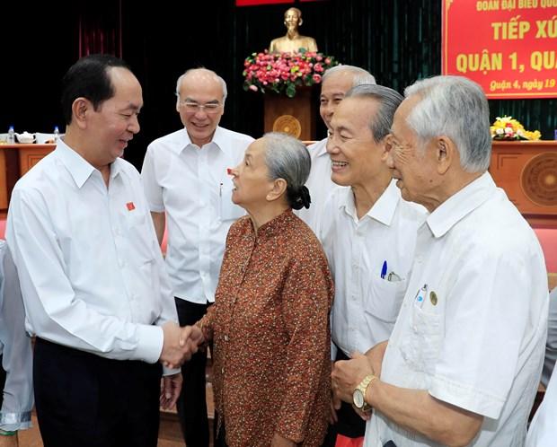 越南国家主席陈大光与胡志明市选民见面交流 hinh anh 1